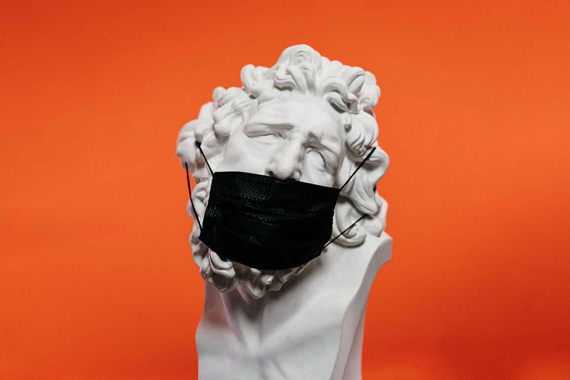 Skulptur mit Maske Edited - floomedia